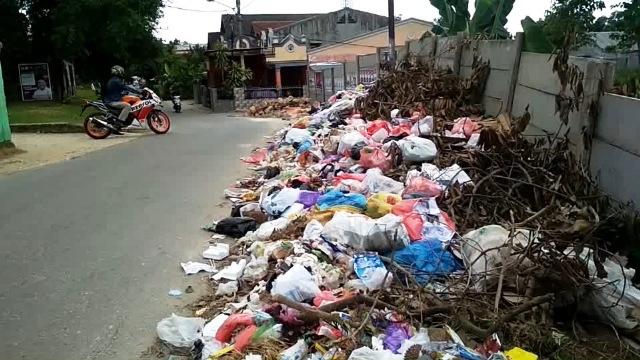 https: img-k.okeinfo.net content 2019 02 25 340 2022727 petugas-pengangkut-sampah-mogok-kerja-puluhan-ton-sampah-menumpuk-yKtr6joCtb.jpg