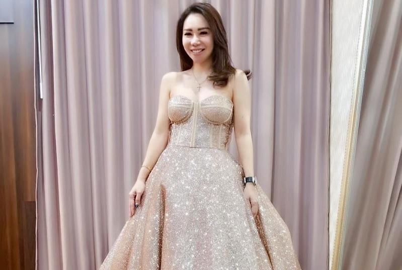https: img-k.okeinfo.net content 2019 02 26 33 2023032 nikah-di-selandia-baru-femmy-permatasari-bawa-gaun-pengantin-puluhan-kilo-SLhverYHTk.jpg