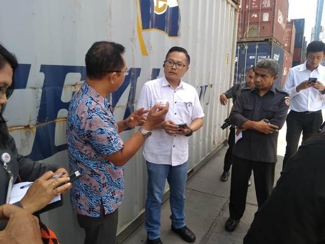 https: img-k.okeinfo.net content 2019 02 26 340 2022979 tujuh-kontainer-surat-suara-pemilu-tiba-di-pelabuhan-tenau-kupang-sb3yfzvHrh.jpg