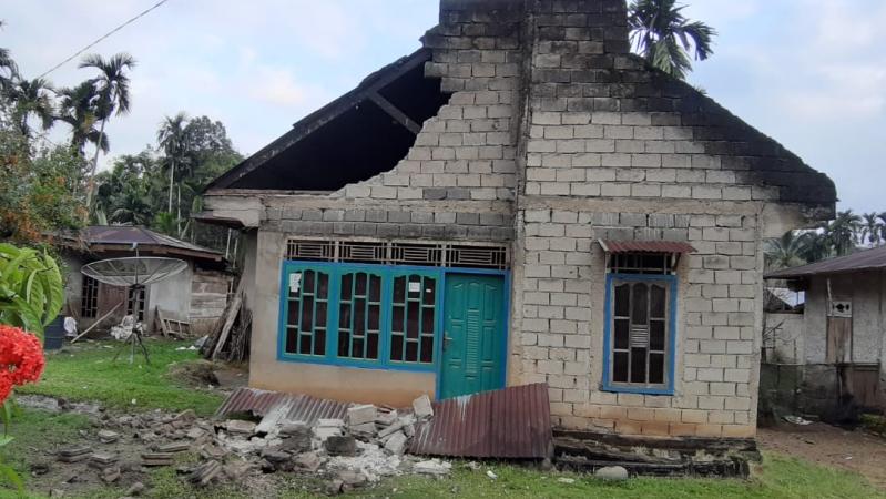 https: img-k.okeinfo.net content 2019 02 28 340 2023891 11-orang-luka-dan-101-rumah-rusak-akibat-gempa-m-5-6-di-solok-selatan-shsLVtAC0a.jpg