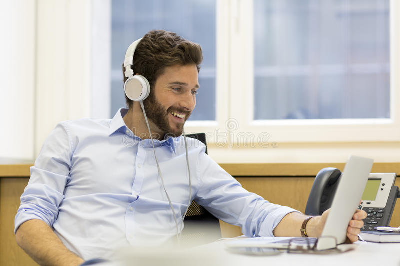 https: img-k.okeinfo.net content 2019 03 04 481 2025758 batas-aman-penggunaan-headphone-saat-mendengarkan-musik-hjoG3MwKc1.jpg