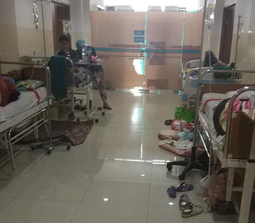 https: img-k.okeinfo.net content 2019 03 06 338 2026708 kamar-penuh-pasien-anak-anak-penderita-dbd-dirawat-di-selasar-rsu-tangsel-ZmMvZi1lH0.jpg