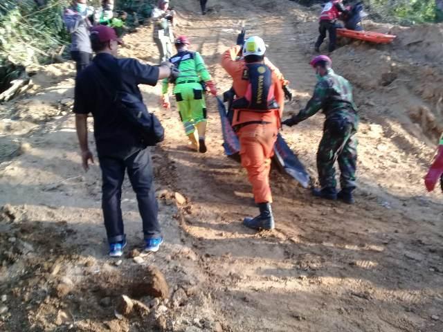 https: img-k.okeinfo.net content 2019 03 06 340 2026397 34-korban-longsor-tambang-di-bolaang-mongondow-berhasil-dievakuasi-tim-sar-EBarydojj2.jpg