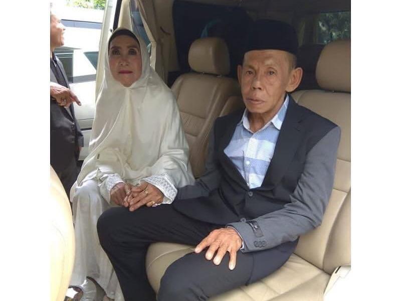 https: img-k.okeinfo.net content 2019 03 06 609 2026715 viral-pernikahan-kakek-perjaka-dan-nenek-perawan-ini-kata-kua-AIg6hDSYkT.jpg