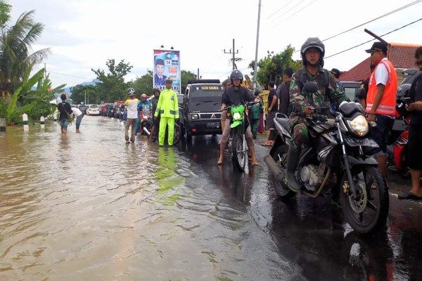 https: img-k.okeinfo.net content 2019 03 07 519 2026981 jalan-utama-madiun-surabaya-terendam-banjir-lalu-lintas-lumpuh-u880EBtaF0.jpg