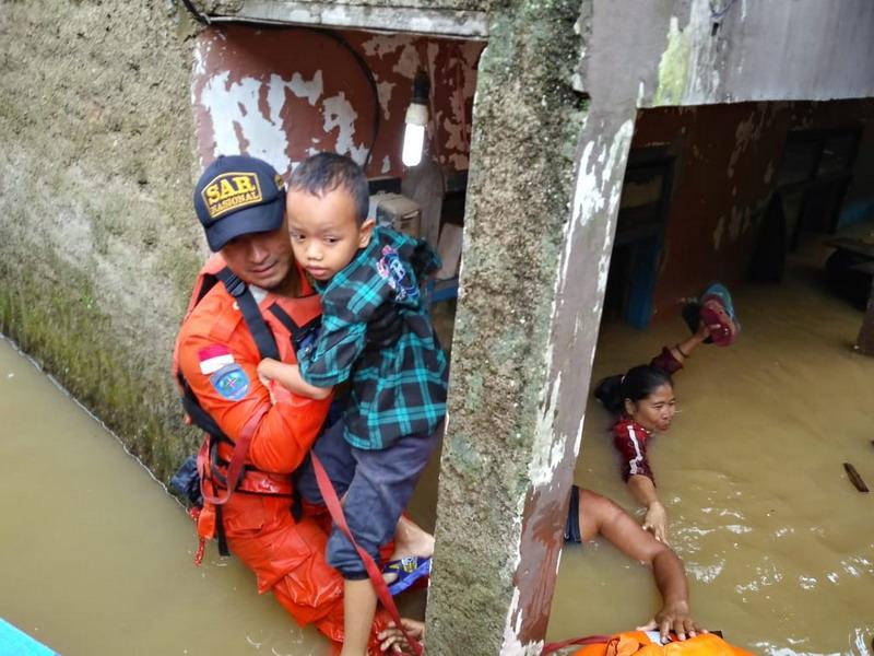 https: img-k.okeinfo.net content 2019 03 07 525 2027070 banjir-meluas-10-kecamatan-di-kabupaten-bandung-terendam-OWzXjst2Uz.jpg