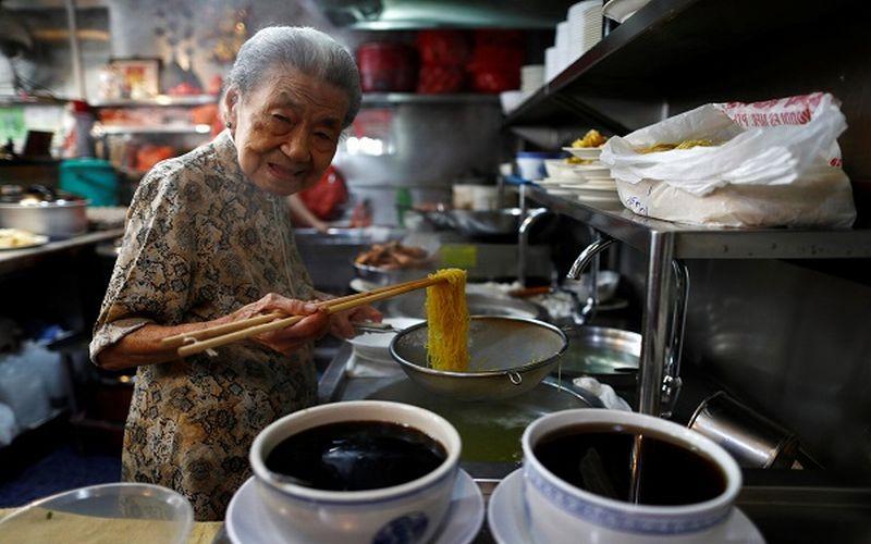 https: img-k.okeinfo.net content 2019 03 08 298 2027475 penjual-mi-tertua-di-dunia-nenek-usia-90-tahun-EJbUcwu4km.jpg