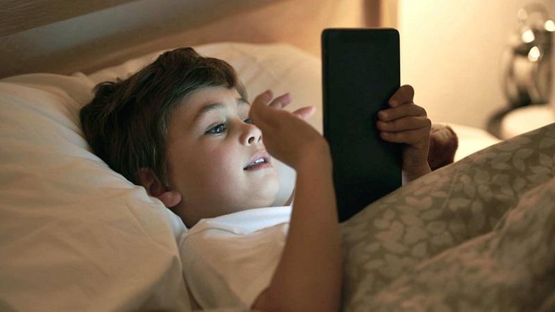 https: img-k.okeinfo.net content 2019 03 13 481 2029290 awas-ini-bahayanya-anak-main-gadget-sebelum-tidur-dHRXDq340e.jpg