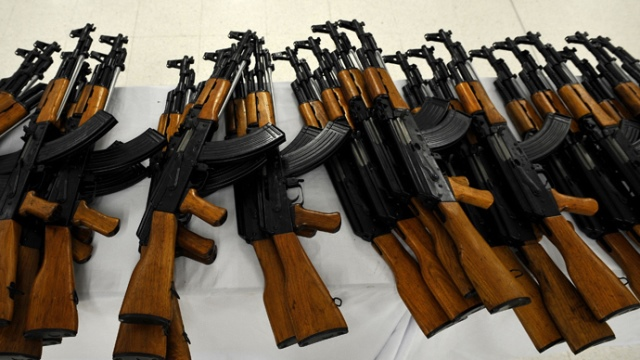 https: img-k.okeinfo.net content 2019 03 14 18 2029884 anak-mengadu-sambil-nangis-seorang-ayah-bawa-senapan-ak-47-datangi-sekolah-Wit8b3V53M.jpg
