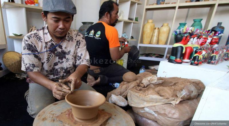 https: img-k.okeinfo.net content 2019 03 15 320 2030271 industri-keramik-diprediksi-tumbuh-8-tahun-ini-t3J5zqbnFN.jpg