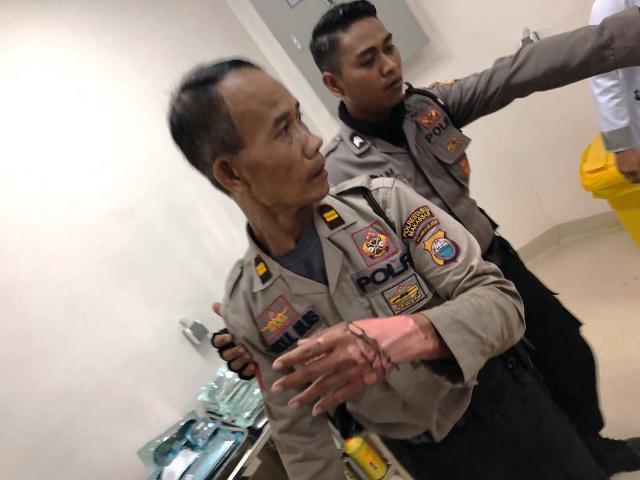 https: img-k.okeinfo.net content 2019 03 15 609 2030652 amankan-demo-mahasiswa-di-makassar-seorang-polisi-terbakar-zi4m6fP6CY.jpg
