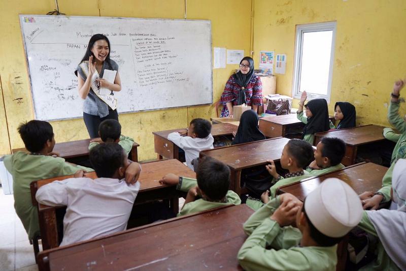 https: img-k.okeinfo.net content 2019 03 16 612 2030793 runner-up-2-miss-indonesia-2019-ajak-anak-anak-semangat-belajar-9zgYZkaCY5.jpeg