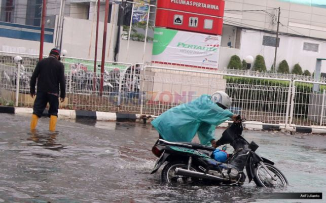 https: img-k.okeinfo.net content 2019 03 17 15 2031100 kenali-risiko-berkendara-di-jalan-licin-saat-musim-hujan-tiba-8v0oRllIpR.jpg