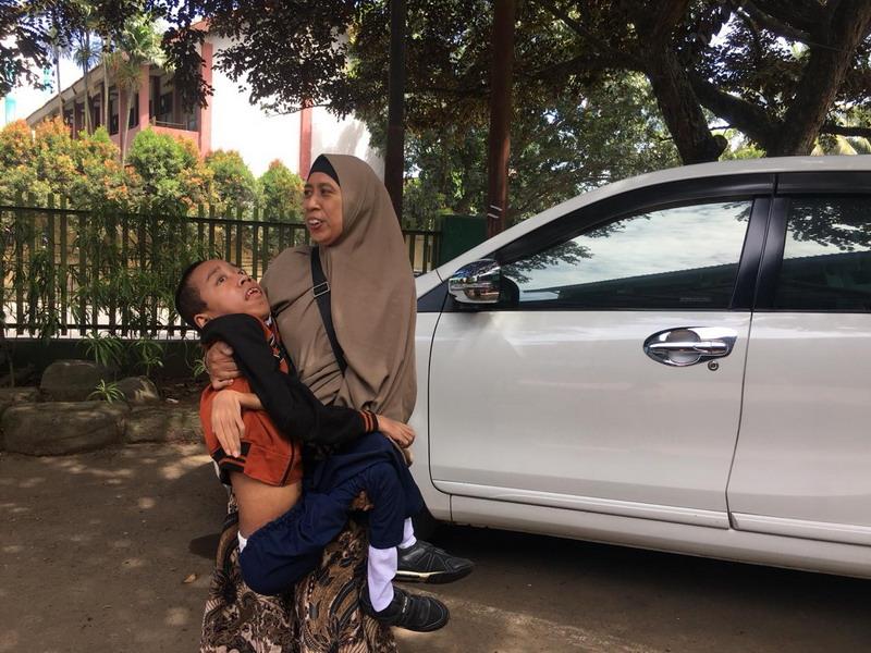 https: img-k.okeinfo.net content 2019 03 19 338 2032342 ibu-ini-rela-gendong-anaknya-yang-idap-distrofi-otot-ke-sekolah-pmpTScNLXc.jpg