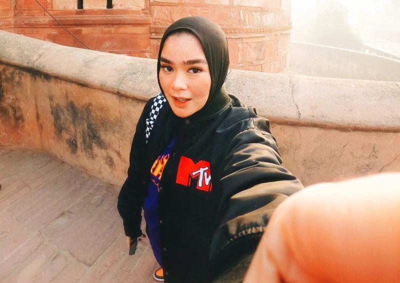https: img-k.okeinfo.net content 2019 03 20 194 2032475 paduan-hijab-boyish-ala-sivia-azizah-keren-banget-0gx87AMFCo.jpg