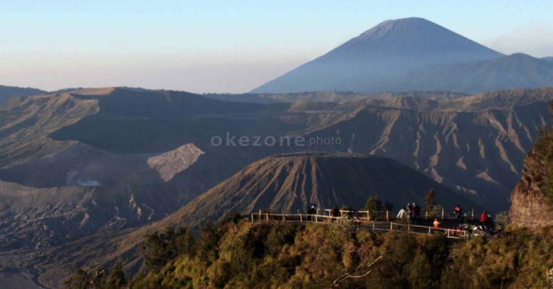 https: img-k.okeinfo.net content 2019 03 20 519 2032566 gunung-bromo-semburkan-asap-vulkanis-hingga-ketinggian-1-km-cLtBXLJVau.jpg