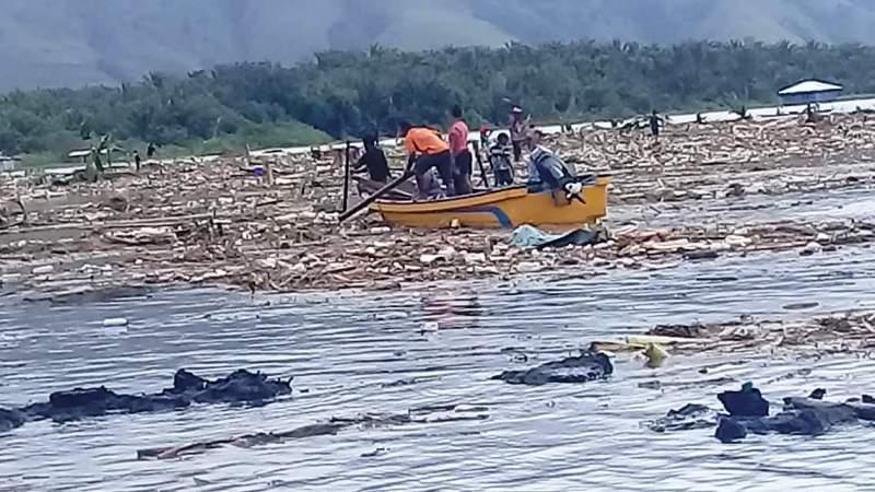 https: img-k.okeinfo.net content 2019 03 21 340 2032902 danau-sentani-meluap-sebabkan-sampah-dan-jenazah-hanyut-LFfRh7NBSO.jpg
