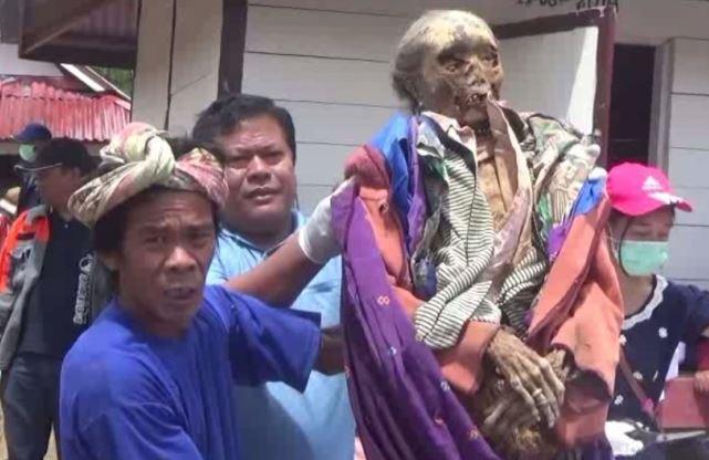 https: img-k.okeinfo.net content 2019 03 22 609 2033812 mengenal-tradisi-ma-nene-ritual-mengganti-pakaian-mayat-di-tana-toraja-8SuagYgSzL.JPG