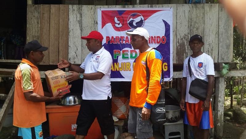 https: img-k.okeinfo.net content 2019 03 24 606 2034233 perindo-berikan-bantuan-kepada-korban-banjir-di-kampung-yongsu-sentani-qTNDbfbMcu.jpg