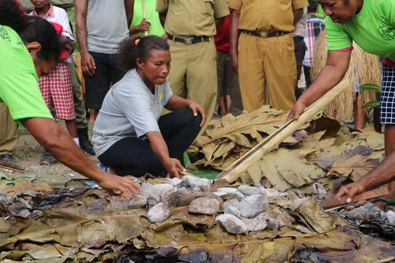 https: img-k.okeinfo.net content 2019 03 25 298 2034882 mengenal-tradisi-barapen-di-tanah-papua-memasak-untuk-kebersamaan-sz1rgeMgPv.jfif