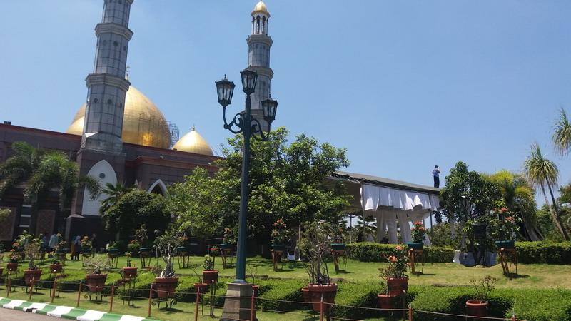 https: img-k.okeinfo.net content 2019 03 29 338 2036596 hj-dian-djuriah-akan-dimakamkan-tepat-di-depan-masjid-kubah-emas-DCfXQ9Neex.jpg