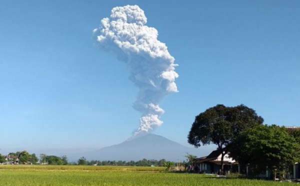 https: img-k.okeinfo.net content 2019 03 29 510 2036650 gunung-merapi-kembali-luncurkan-awan-panas-siang-ini-h6ec1O6gTs.jpg