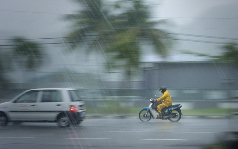 https: img-k.okeinfo.net content 2019 03 31 510 2037271 hujan-deras-disertai-angin-1-orang-tewas-tertimpa-rumah-joglo-IcqrPC53k4.jpg