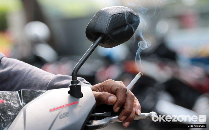 https: img-k.okeinfo.net content 2019 04 01 15 2037827 penumpang-motor-tak-kena-aturan-merokok-namun-tetap-timbulkan-kecelakaan-asc25dSTth.jpg