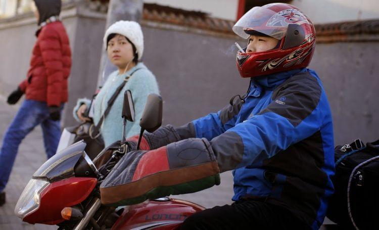 https: img-k.okeinfo.net content 2019 04 01 15 2037907 kota-ini-denda-pengemudi-merokok-lebih-mahal-dari-indonesia-QGoxIdHuit.jpg
