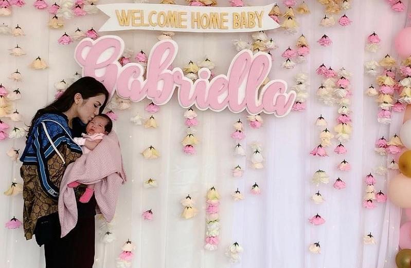 https: img-k.okeinfo.net content 2019 04 03 33 2038471 kembali-ke-indonesia-usai-melahirkan-momo-geisha-dapat-kejutan-3O7pLKod7U.jpg