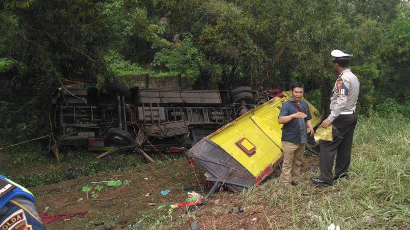 https: img-k.okeinfo.net content 2019 04 03 519 2038583 bus-sugeng-rahayu-terjun-ke-sungai-polisi-sopir-kehilangan-kendali-di-tikungan-tajam-co3unX4yOC.jpg