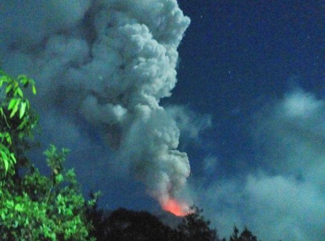 https: img-k.okeinfo.net content 2019 04 04 244 2038852 gunung-agung-kembali-erupsi-abunya-mencapai-2-000-meter-5fKPzu974l.jpg