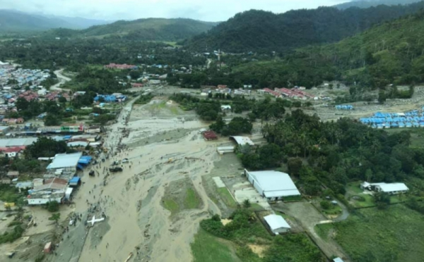 https: img-k.okeinfo.net content 2019 04 04 340 2039128 pasca-banjir-bandang-21-kampung-di-sentani-krisis-air-bersih-Hihm60xFgH.jpg