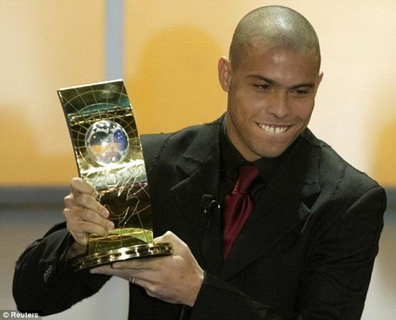 https: img-k.okeinfo.net content 2019 04 05 51 2039590 ronaldo-luis-pesepakbola-pertama-yang-sabet-dua-trofi-pemain-terbaik-dunia-ZEfCfjUmCu.jpg