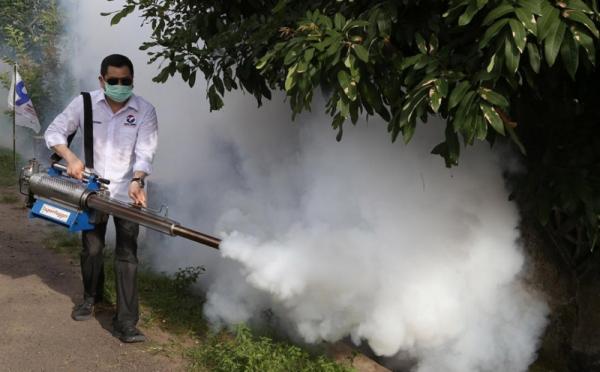 https: img-k.okeinfo.net content 2019 04 05 512 2039293 berbobot-berat-mesin-fogging-dipanggul-hary-tanoe-untuk-berantas-nyamuk-dbd-w239MGduwJ.jpg