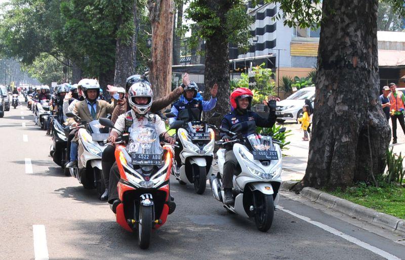 https: img-k.okeinfo.net content 2019 04 08 15 2040606 cara-unik-ratusan-bikers-pcx-riding-dengan-gaya-perlente-ddNPcjD2mj.jpg
