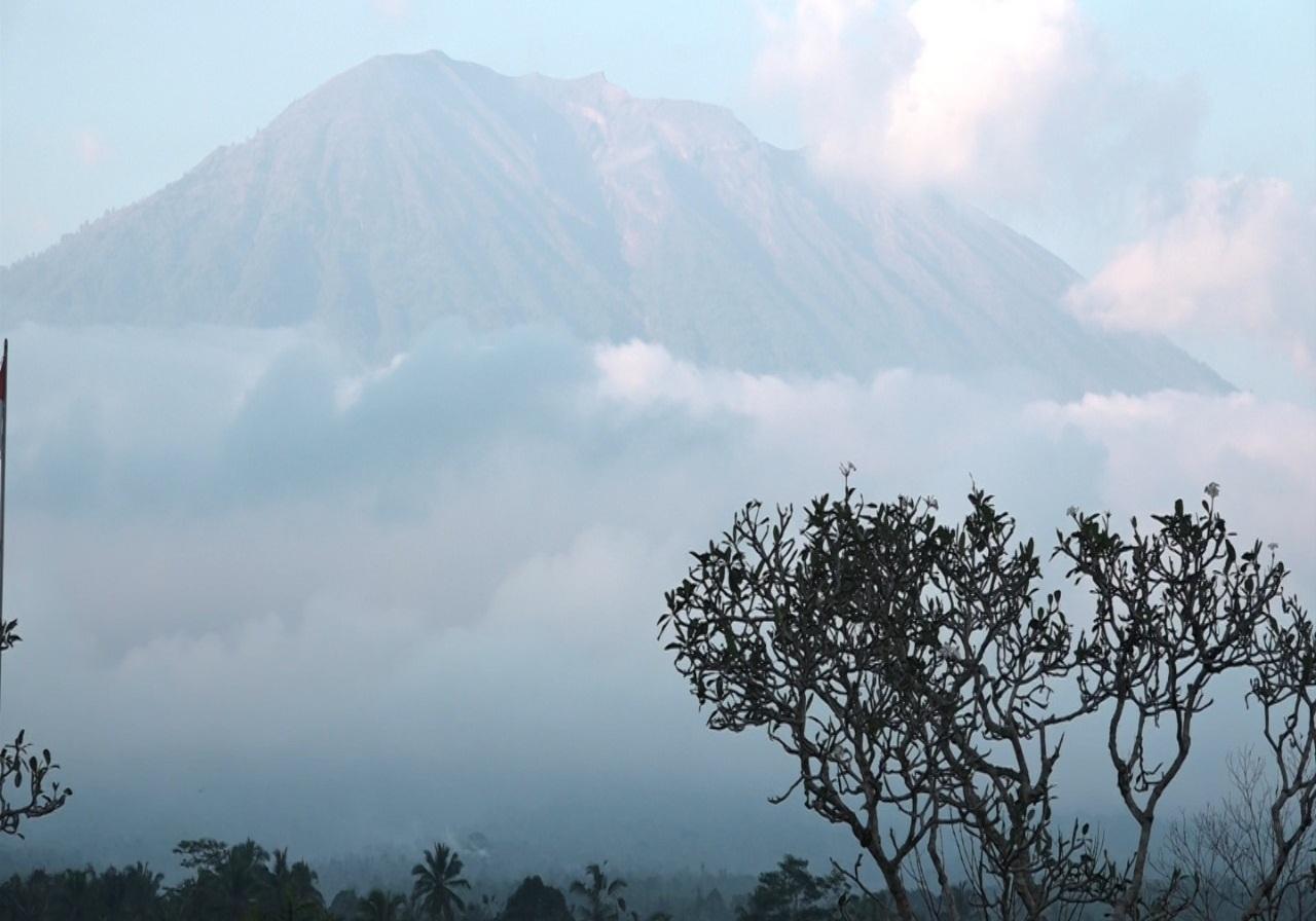https: img-k.okeinfo.net content 2019 04 09 244 2040920 gunung-agung-dilanda-10-kali-gempa-dilarang-beraktivitas-di-radius-4-km-dari-kawah-Qjy7mjuFj5.jpg