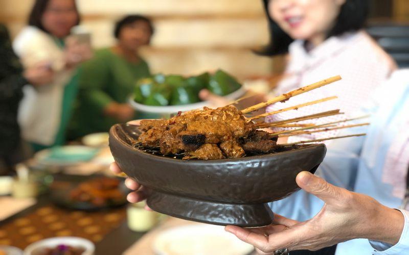https: img-k.okeinfo.net content 2019 04 09 298 2041207 menjajal-sate-rembiga-khas-lombok-di-restoran-bintang-5-bagaimana-rasanya-fqMH0tHWJe.jpg