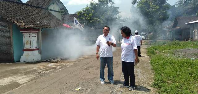 https: img-k.okeinfo.net content 2019 04 09 512 2041018 perindo-kabupaten-semarang-fogging-gedung-sekolah-dan-300-rumah-warga-4Vxw63yx3W.jpg