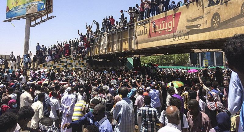 https: img-k.okeinfo.net content 2019 04 11 18 2041998 militer-sudan-dilaporkan-telah-lakukan-kudeta-terhadap-presiden-omar-al-bashir-WwH0lEvJ9t.jpg