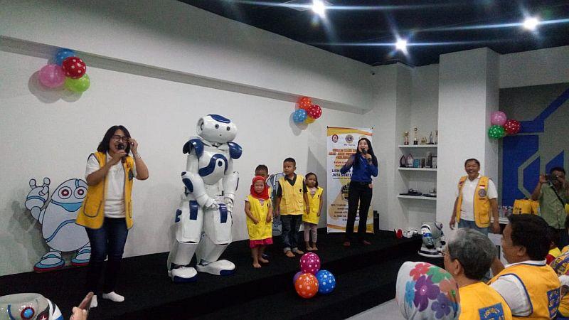 https: img-k.okeinfo.net content 2019 04 12 65 2042481 lions-club-ajak-anak-anak-penderita-kanker-berkunjung-ke-rumah-robot-PZRa1kFyZ0.jpg