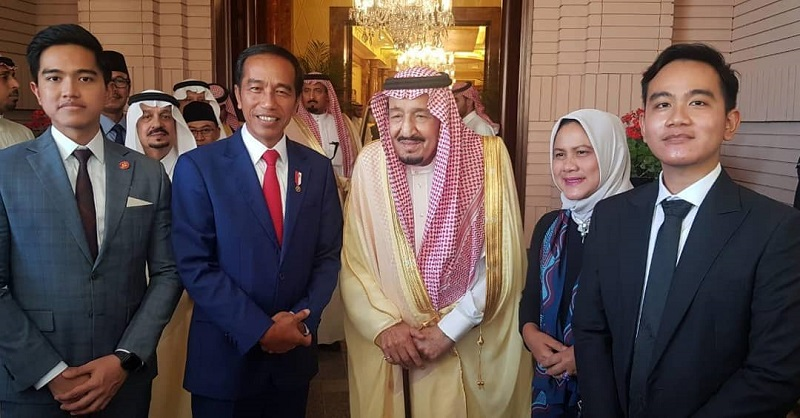 https: img-k.okeinfo.net content 2019 04 15 194 2043561 gaya-keren-gibran-dan-kaesang-bertemu-raja-salman-di-arab-saudi-Reg6E5BpmJ.jpg