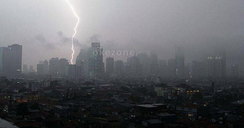https: img-k.okeinfo.net content 2019 04 15 338 2043501 waspada-jaksel-dan-jaktim-berpotensi-hujan-disertai-petir-hari-ini-YRbG8ZFroN.jpg
