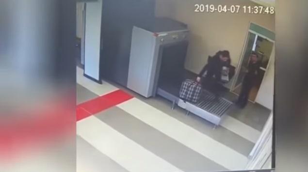 https: img-k.okeinfo.net content 2019 04 15 406 2043888 gaptek-pria-ini-malah-masuk-mesin-x-ray-bandara-01EQVnrQob.jpg