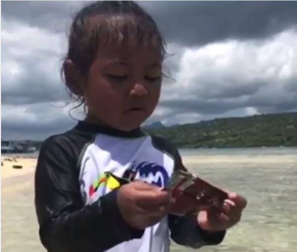 https: img-k.okeinfo.net content 2019 04 15 612 2043897 gemasnya-cucu-menteri-susi-marahi-orang-yang-buang-sampah-di-laut-OptyYQn9Yq.jpg