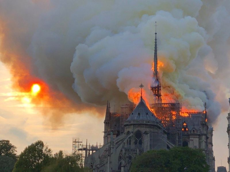 https: img-k.okeinfo.net content 2019 04 16 18 2043973 gereja-notre-dame-terbakar-presiden-prancis-bersedih-4BKIDC7Ogf.jpg