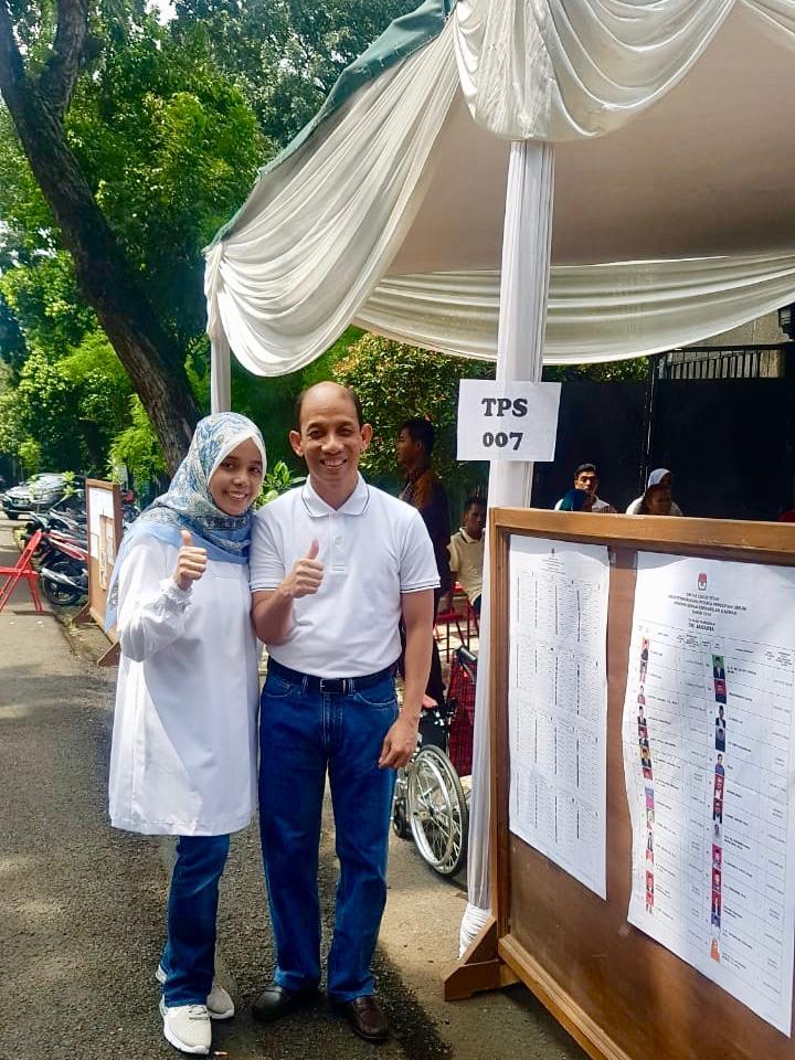 https: img-k.okeinfo.net content 2019 04 17 320 2044666 nyoblos-bareng-istri-arcandra-tahar-pemilu-jadikan-indonesia-semakin-baik-d6ZVwK0Utq.jpg
