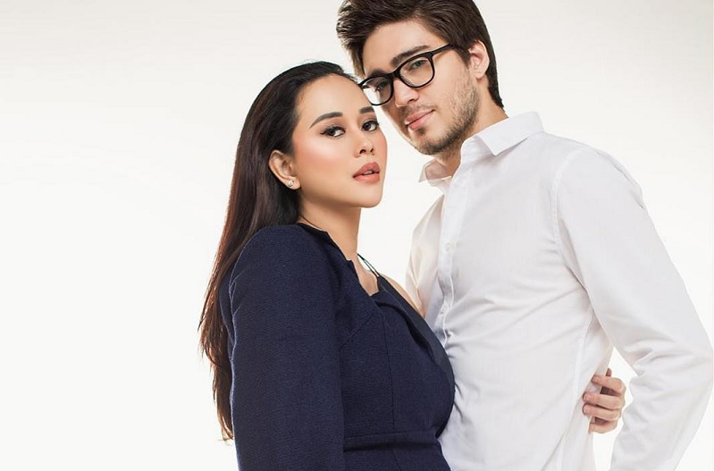 https: img-k.okeinfo.net content 2019 04 17 33 2044621 intip-romantisnya-foto-maternity-aura-kasih-bersama-suami-SaBmzAfgqK.jpg