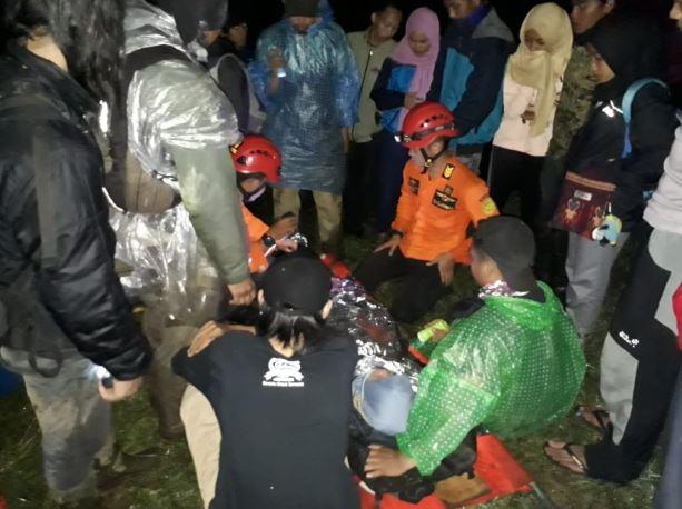 https: img-k.okeinfo.net content 2019 04 21 512 2045992 gadis-remaja-asal-jakarta-jatuh-ke-jurang-saat-mendaki-gunung-sindoro-Dtas3hNOkM.JPG