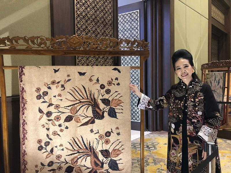 https: img-k.okeinfo.net content 2019 04 23 194 2047000 begini-cara-desainer-tina-andrean-lestarikan-budaya-batik-RPdb9AoVZ9.jpeg